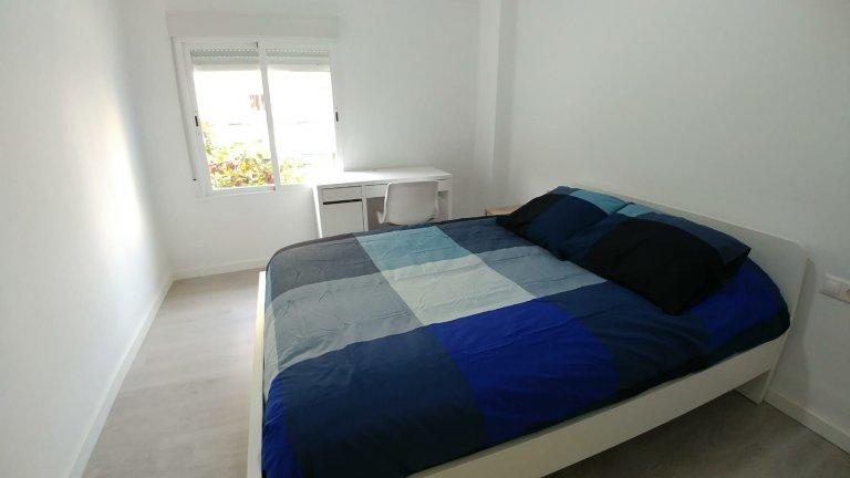 Espaçoso quarto em apartamento de 3 quartos em Camins al Grau