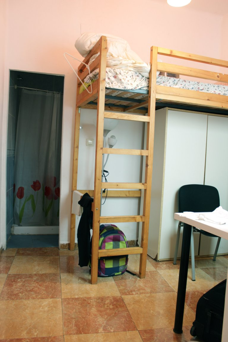 Colorful room in 6-bedroom apartment in La Macarena, Seville