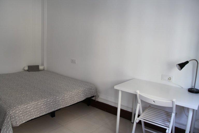 Quarto luminoso para alugar em apartamento de 6 quartos em El Born