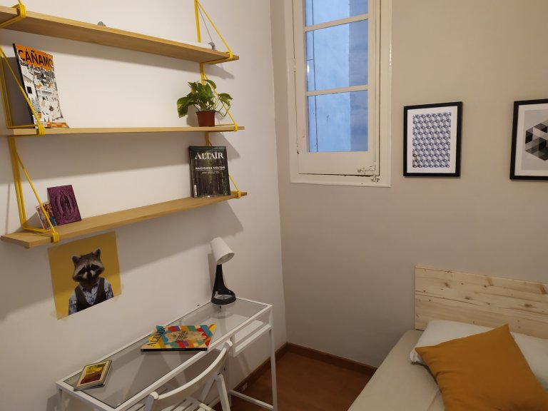 Rooms for rent in 4-bedroom apartment in Sant Martí