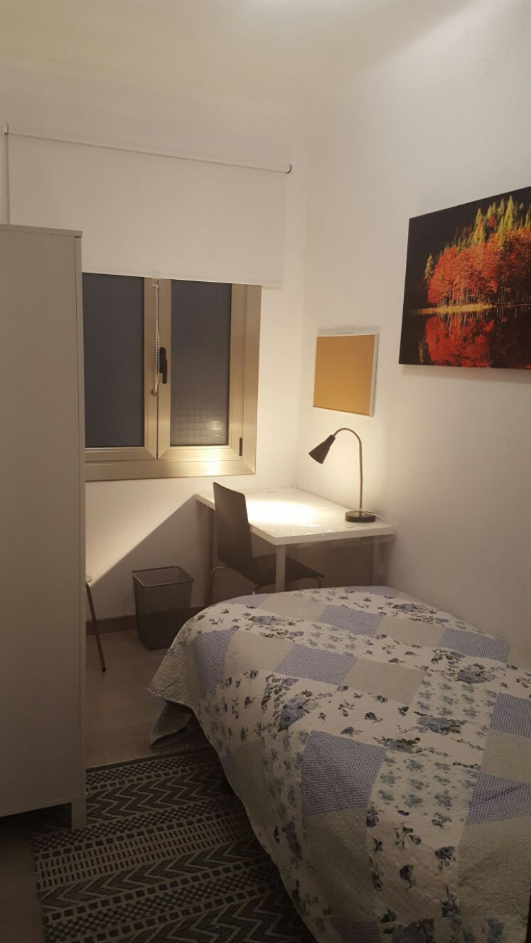 Furnished room in 3-bedroom apartment in Sants, Barcelona