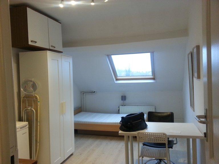 Zimmer zu vermieten in 3-Zimmer-Wohnung in Anderlecht, Belgien