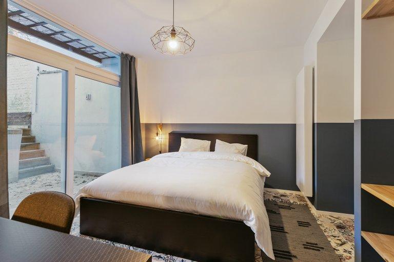 Quarto espaçoso em casa de 10 quartos em Ixelles, Bruxelas