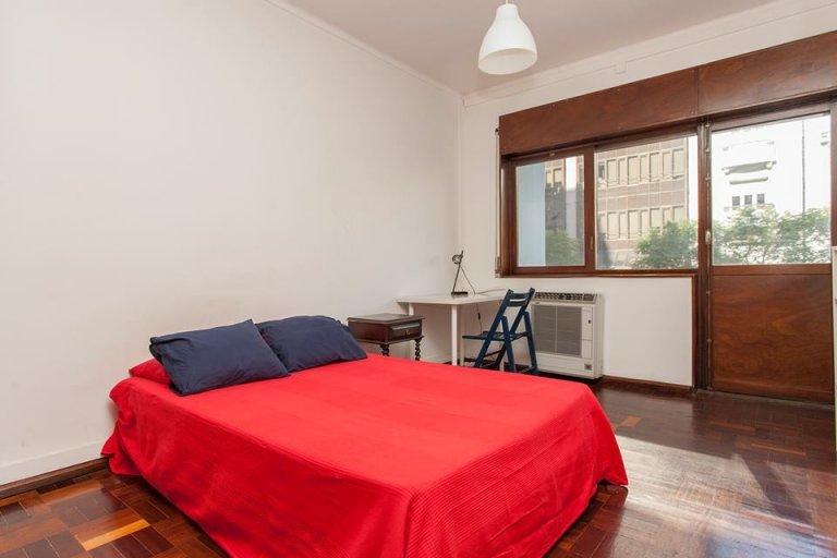 Espaçoso quarto em apartamento com 6 quartos no Areeiro, Lisboa