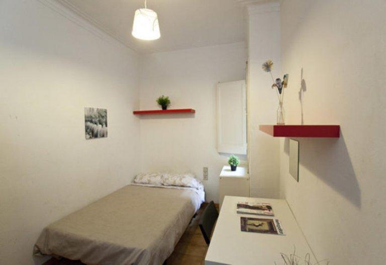 Relaxing room in 5-bedroom apartment in Gracia, Barcelona