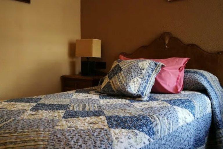 Double room in 3-bedroom apartment in Puerta de Angel