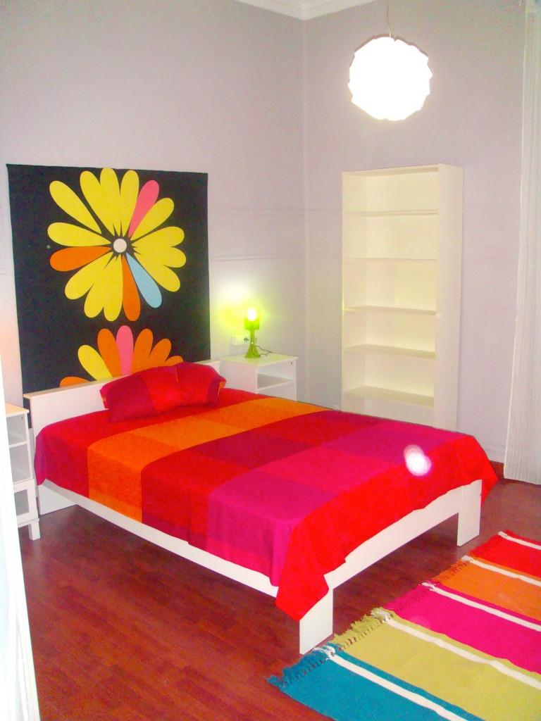 Valensiya'nın merkezinde aydınlık ve renkli dört yatak odalı dairede Odalarda Çift Kişilik Yatak