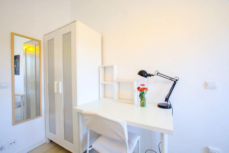 Przytulny pokój w apartamencie z 3 sypialniami w dzielnicy Poblats Marítims