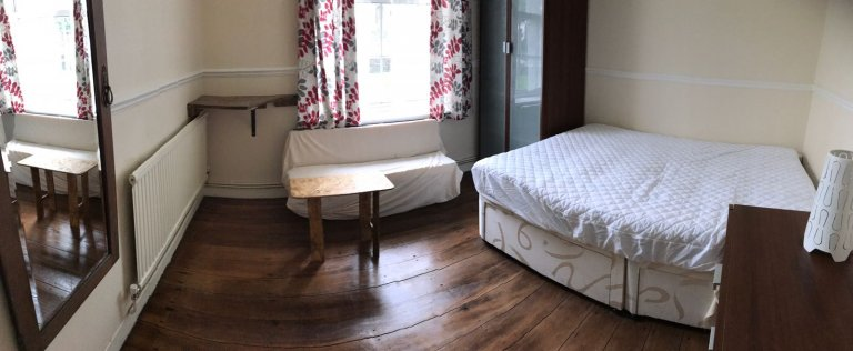 Single Bed in Room to rent in a 4-bedroom apartment with central heating in Clapham