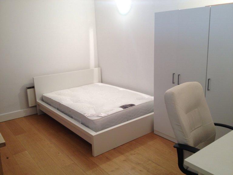 Se alquila habitación en apartamento de 5 dormitorios en Isle of Dogs, Londres