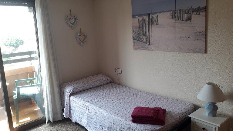 Luminosa camera in appartamento con 2 camere da letto a Benicalap, Valencia