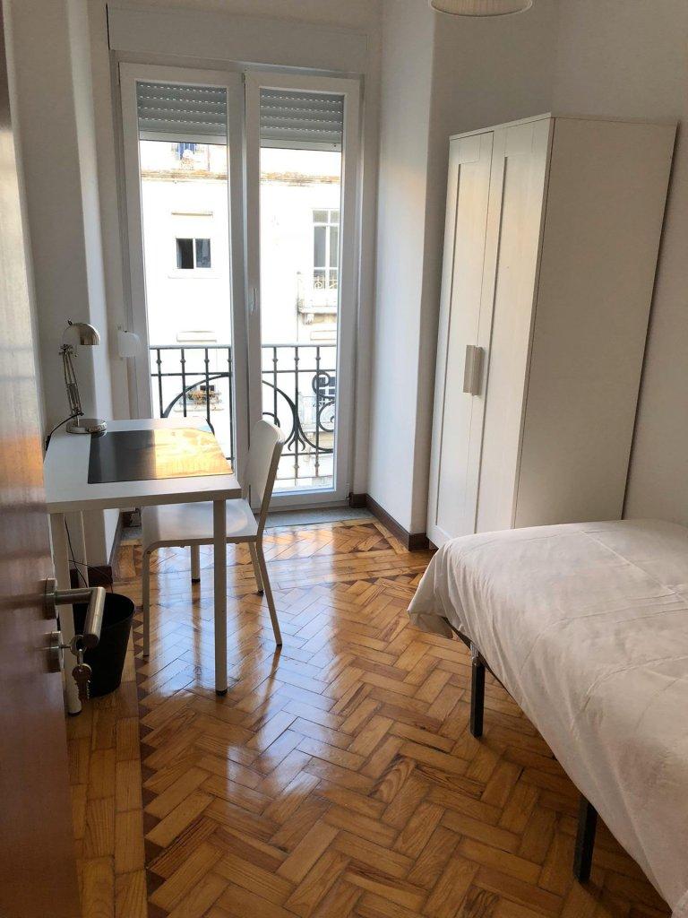 Helles Zimmer zur Miete in 4-Zimmer-Wohnung in Arroios
