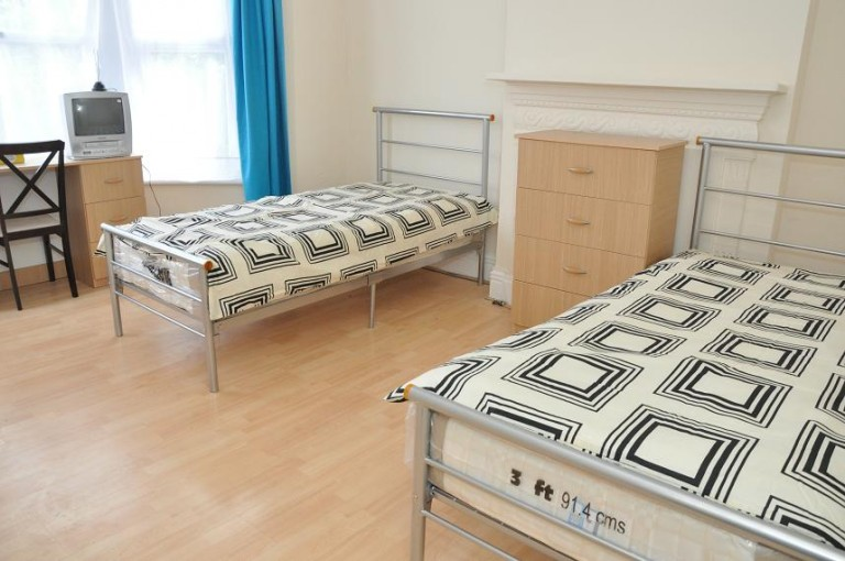 Twin Beds in Rooms to rent in 4-bedroom house in Harringay