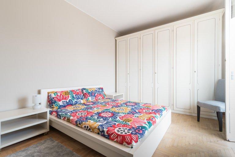 Przestronny pokój do wynajęcia w apartamencie z 4 sypialniami w Bicocca