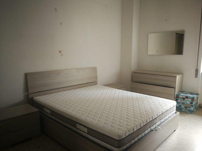 Bom quarto em apartamento de 3 quartos em Pigneto, Roma