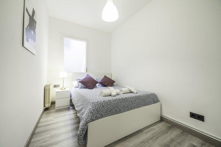 Klassisches Zimmer zur Miete in einer 6-Zimmer-Wohnung in L'Esquerra