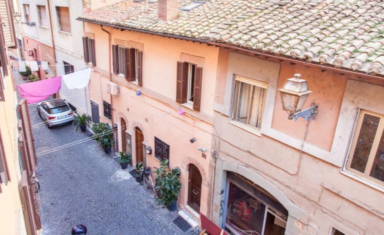 Bijou studio apartment for rent in Trastevere near the River Tiber