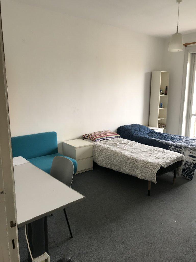 Łóżka w przestronnym pokoju w apartamencie, Stazione Centrale, Mediolan