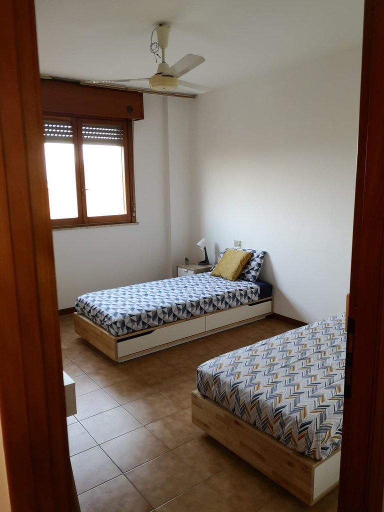 Posti letto in affitto in camera condivisa, appartamento con 3 camere da letto a Stadera