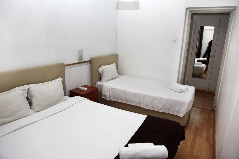 Chambre à louer dans une maison de 12 chambres à coucher à Penha de França, Lisbonne