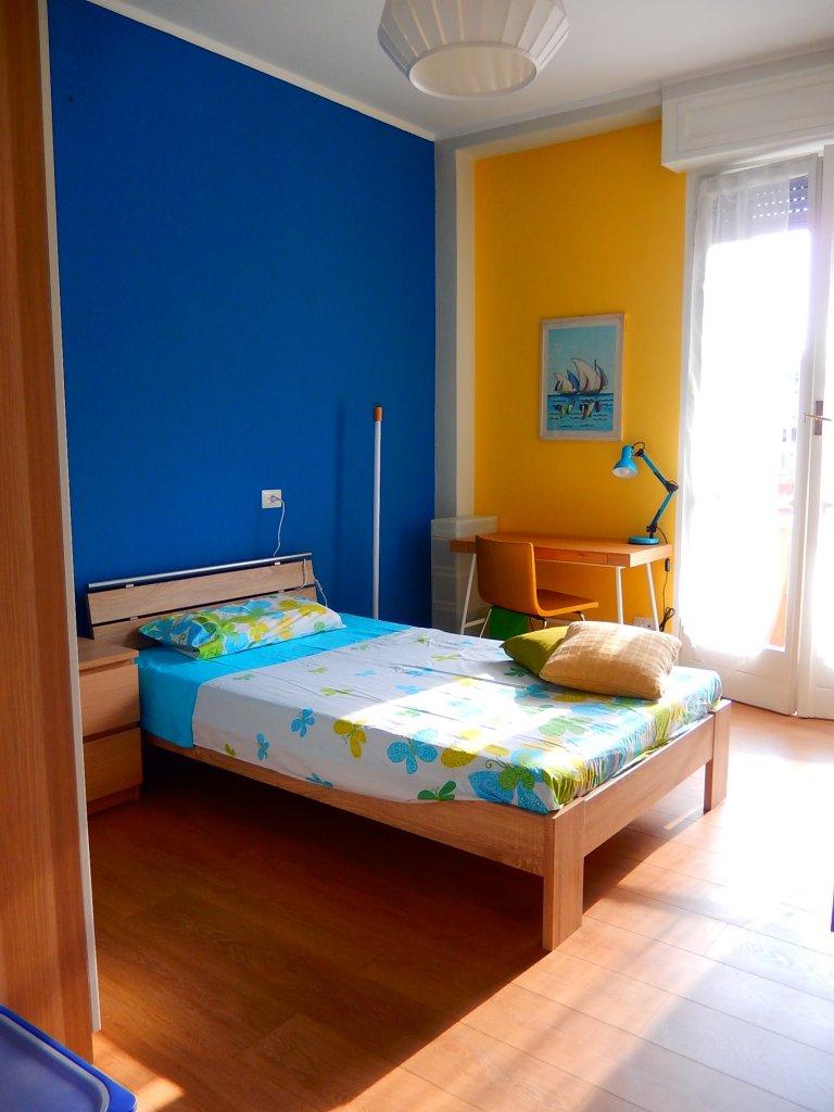San Siro, Milano'da 3 yatak odalı dairede geniş oda