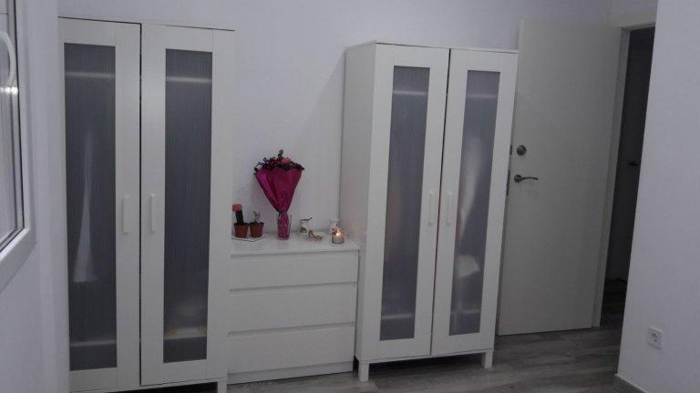 Cute room to rent in 3-bed apartment, Ciutat Vella, Valencia
