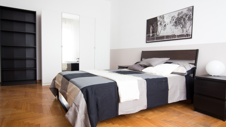 Double Bed in 6 Rooms for rent in apartment with balcony in Corso Sempione area