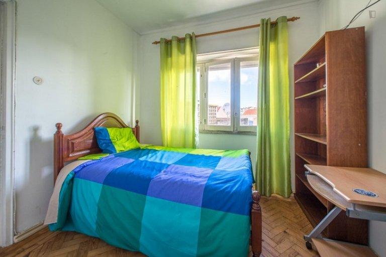 Pokój w apartamencie z 4 sypialniami w Penha de França, Lisboa