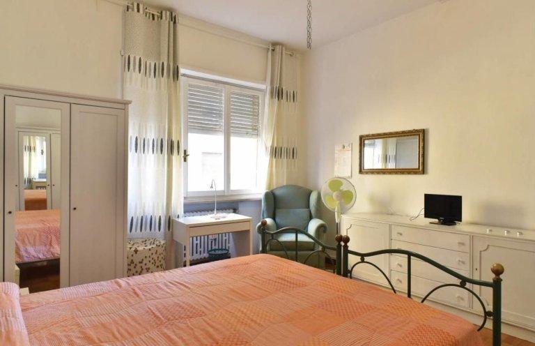 Chambre vintage à louer dans un appartement de 3 chambres à Rome