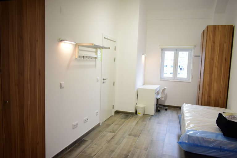 Room in 4-bedroom apartment in Campo Pequeno, Lisboa