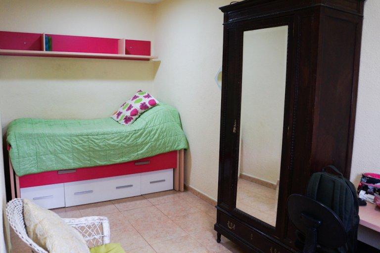 Przytulny pokój do wynajęcia w apartamencie z 2 sypialniami w Malasaña