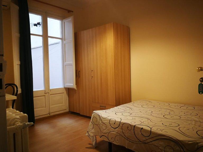 Chambre à louer dans appartement avec balcon à Sants, Barcelone