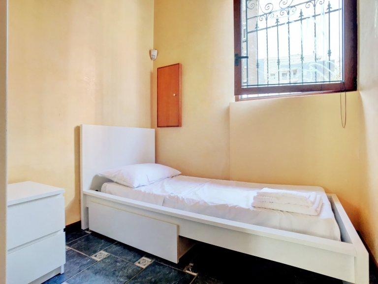 Przytulny pokój w apartamencie z 3 sypialniami w Sesto San Giovanni Milan