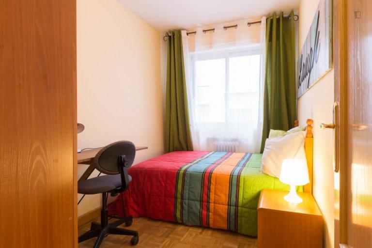 Cómoda habitación para alquilar en un apartamento de 5 camas, Alcalá de Henares