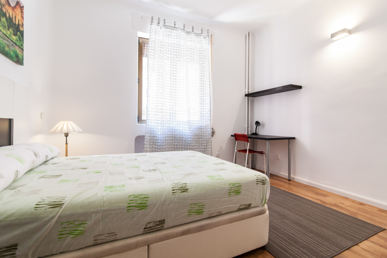 Furnished room in 5-bedroom apartment in Latina, Madrid