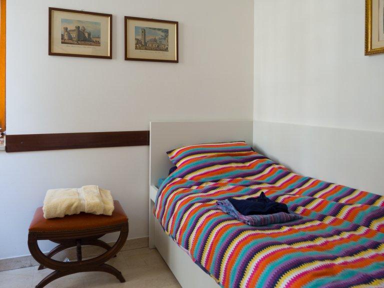 Przytulny pokój w dużym wspólnym domu w Sesto San Giovanni, Mediolan