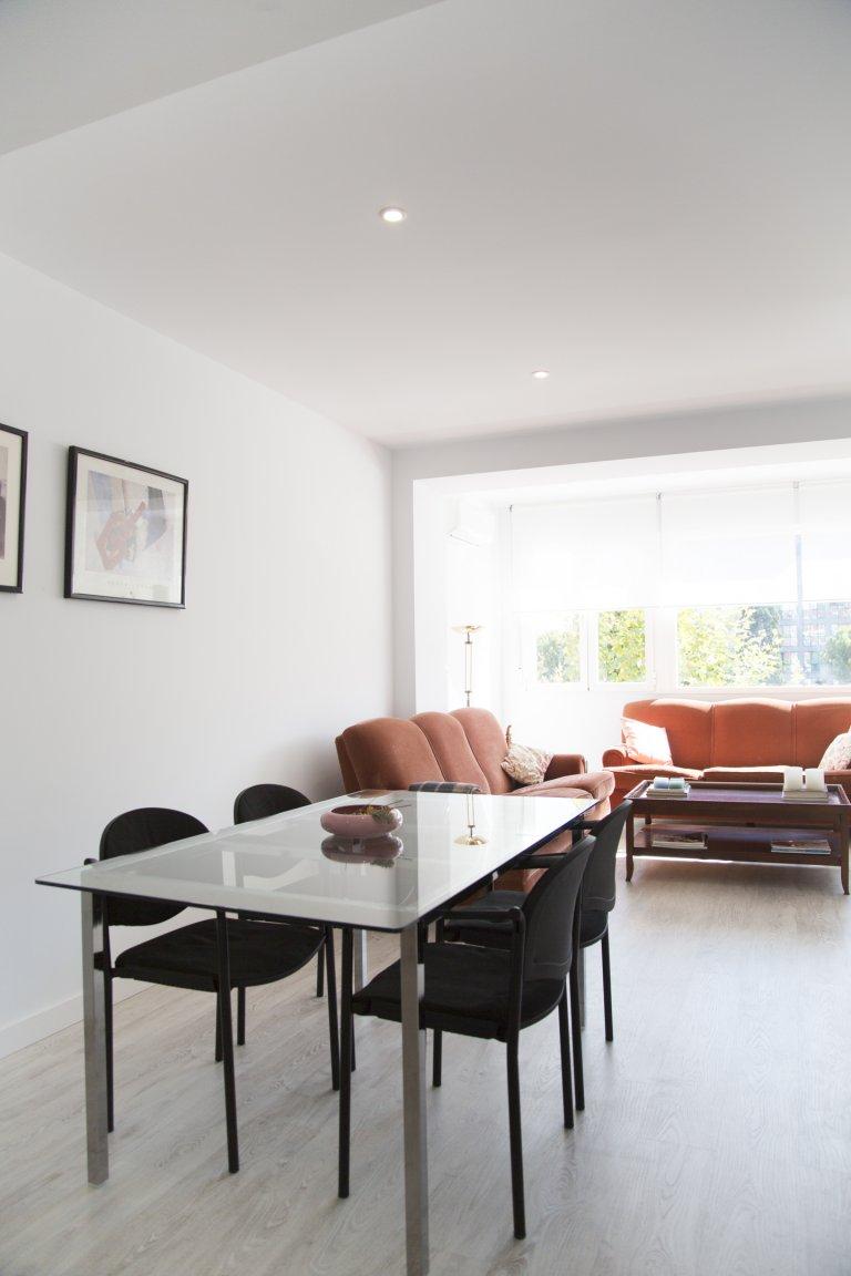 Arrumar apartamento de 4 quartos para alugar em Tetuán, Madrid