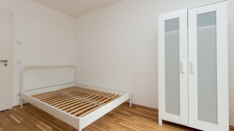 Lekki pokój do wynajęcia w mieszkaniu z 3 sypialniami w Köpenick