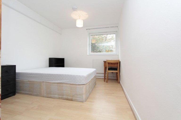 Double Bed in Rooms for rent in 4-bedroom flat in Camden