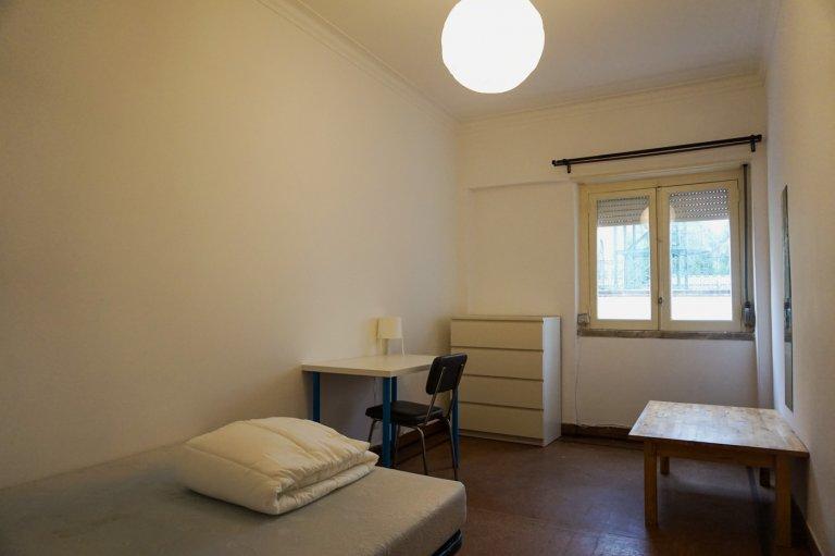 Pokój do wynajęcia w 3-pokojowym mieszkaniu w Campolide, Lizbona