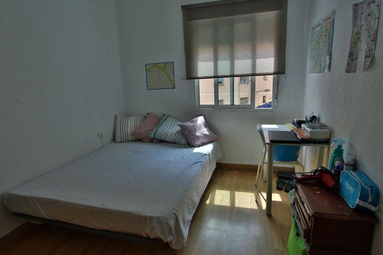 Valencia, Algirós'taki 3 yatak odalı dairede çift kişilik oda