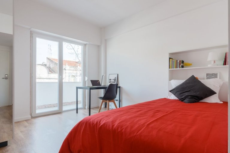 Bright studio apartment for rent in Arroios, Lisbon