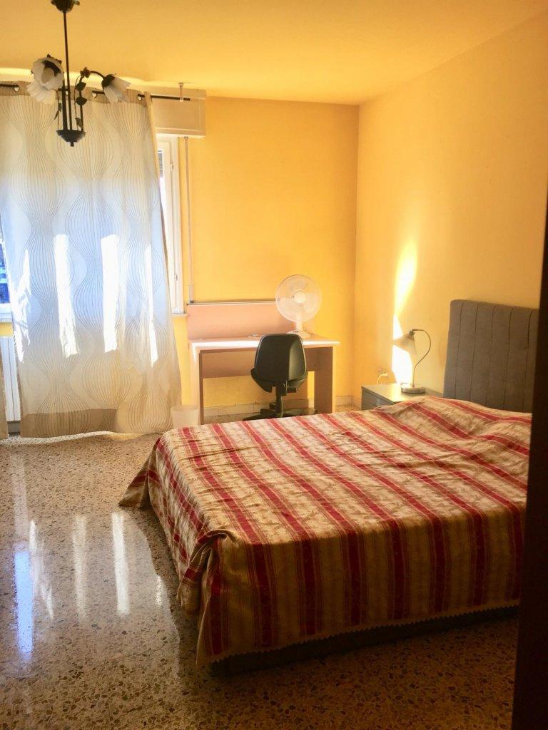Calma quarto para alugar em apartamento de 4 quartos em Porta Vittoria