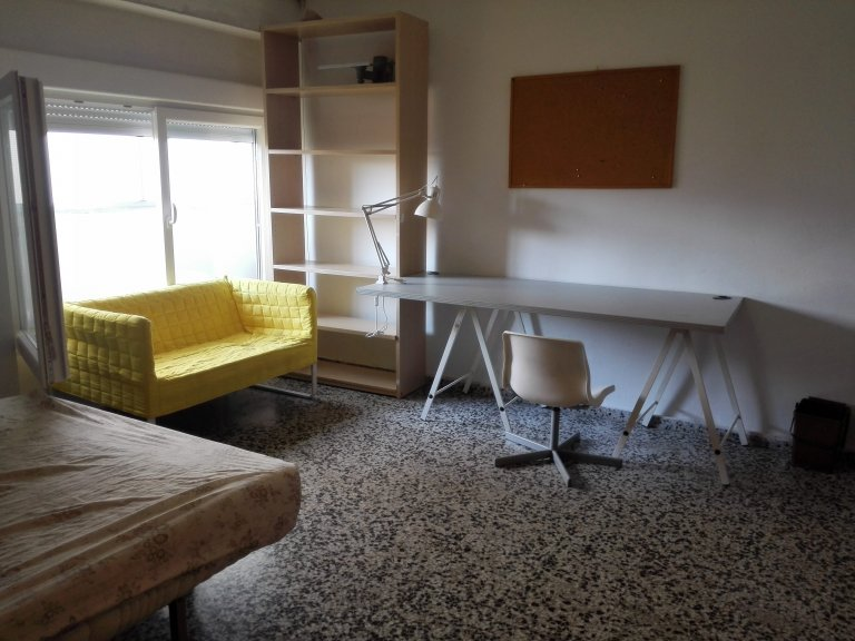 Spacious room in 4-bedroom apartment in Camins al Grau