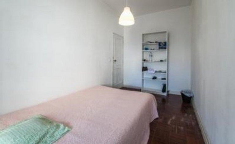 Quarto para alugar em apartamento com 6 quartos em Campo de Ourique.