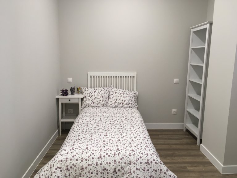 Equipped room in 6-bedroom apartment in Imperial, Madrid