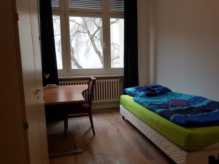Quarto luminoso em apartamento de 5 quartos em Mitte, Berlim