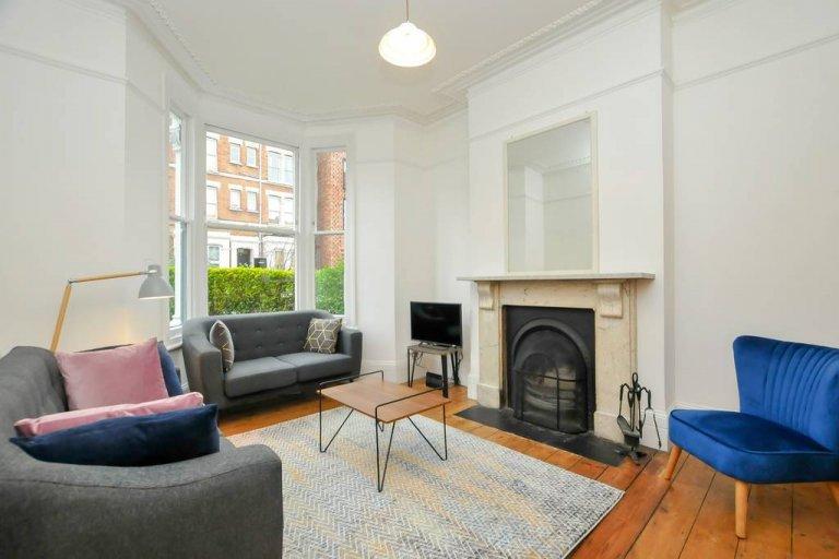 Excellent 4-bedroom flat to rent in Stoke Newington, London