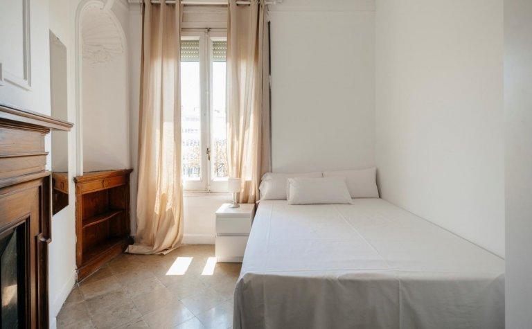 Charmantes Zimmer in 14-Zimmer-Wohnung in Sant Gervasi
