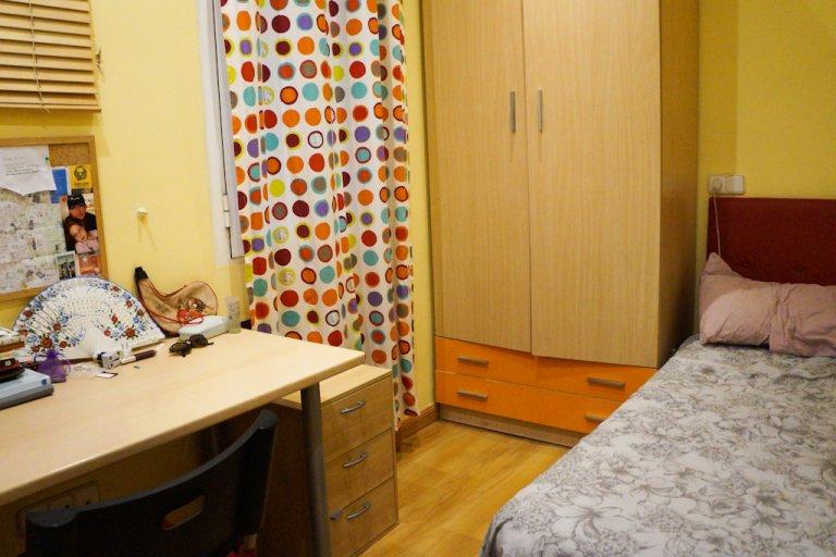 Przytulny pokój w apartamencie z 3 sypialniami w Moncloa, Malasaña